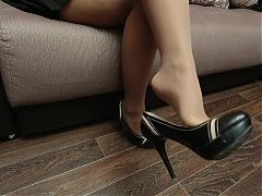 Dangling mistress in nude pantyhose and shoes